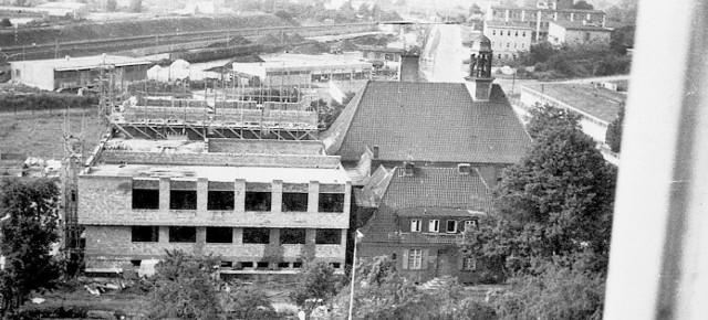 """Początek budowy.  Widać jeszcze budynek starej świątyni, która wkrótce zostanie """"wchłonięta"""""""