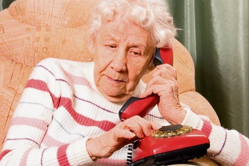 Seniorzy często padają ofiarami oszustw na wnuczka