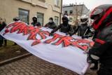 """Akcja motocyklistów przed Białostockim Centrum Onkologi. """"Maras jesteśmy z Tobą!"""" - przyjaciele wspierają chorego kolegę"""