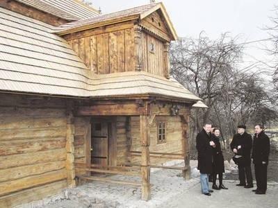 """""""Zacisze"""" po konserwacji. Od lewej: Paweł Mierniczak, Małgorzata Czapla, Stanisław Piwowarski i Krzysztof Świerczek Fot. Zbigniew Wojtiuk"""