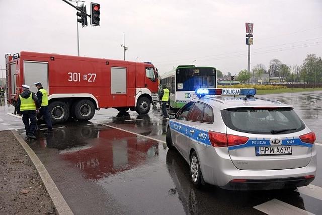 Na ul. Branickiego wóz strażacki zderzył się z autobusem