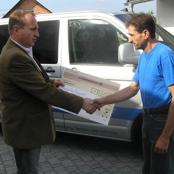 Tym razem firma ALP pomogła swoim pracownikom poszkodowanym przez trąbę powietrzną. Krzysztof Hadelko(z prawej) otrzymał pieniądze na odbudowę domu. Przekazał mu je Roman Gruszka.