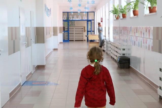 W ramach programu, raz w roku wypłacane jest 300 zł na dziecko uczące się w szkole, aż do ukończenia przez nie 20 lat lub 24 lat w przypadku dzieci z niepełnosprawnościami- przypomina ZUS.