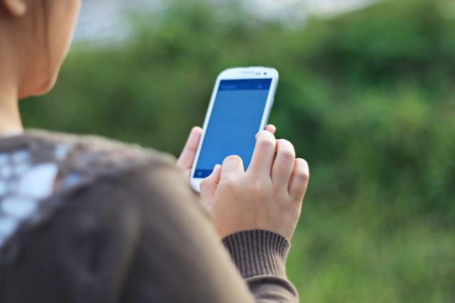Oszuści masowo wysyłają SMS-y z numerów podszywających się pod ministerstwa, banki lub spółki gazowe. W treści znajduje się informacja o obowiązkowym szczepieniu lub przekazaniu środków do NBP oraz link do fałszywych stron płatności.