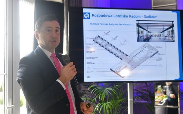 Podczas konferencji przed podpisaniem umowy Michał Nowotny z Przedsiębiorstwa Państwowe Porty Lotnicze pokazywał, jak od strony funkcjonalnej ma wyglądać terminal na radomskim lotnisku.