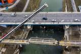 Montaż przęseł kładki rowerowej przy moście Lwowskim w Rzeszowie [ZDJĘCIA, WIDEO]