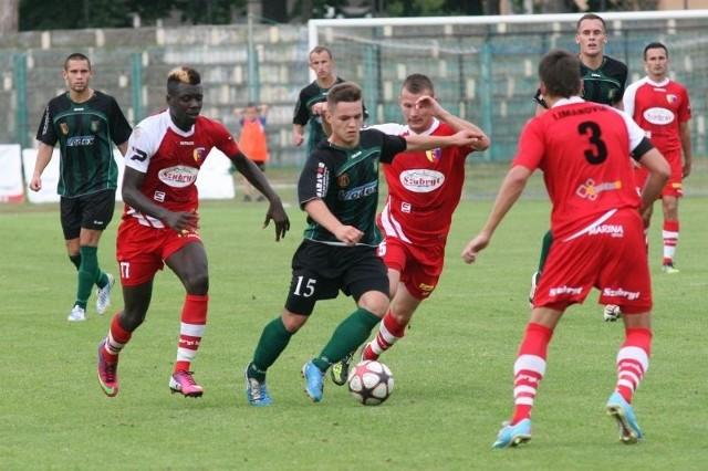 Piłkarze Stali Stalowa Wola (z piłką Patryk Tur) mogli uratować przynajmniej jeden punkt w meczu u siebie z Limanovią Limanowa, ale nie wykorzystali dobrych okazji do strzelenia gola.