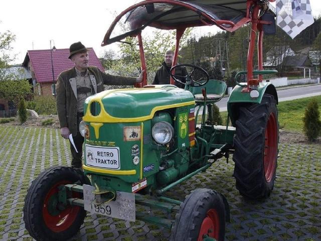 Tadeusz Dalecki ze swoim zwycięskim  traktorem.