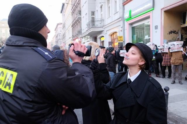 Happening anarchistów odbył się przed siedzibą PiS przy ulicy Święty Marcin