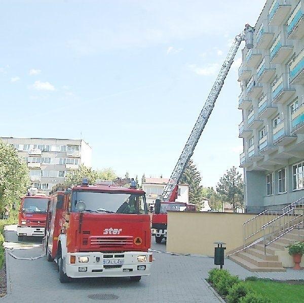 """W """"Krystynce"""" strażacy ewakuują jedną z  """"ofiar"""" pożaru z czwartego piętra przy pomocy  drabiny"""