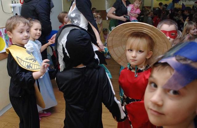 Bal u przedszkolakówIndianin, czarodziej, kościotrup, a nawet maly Michael Jackson bawili sie w Przedszkolu nr 12 w Koszalinie. Dla maluchów zorganizowano super bal karnawalowy.