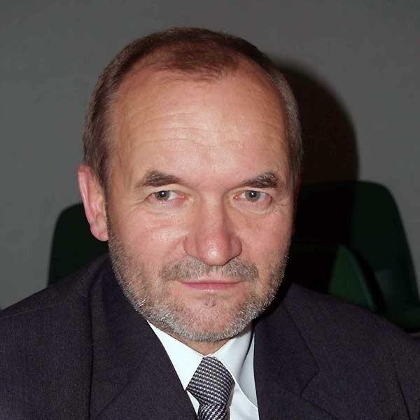 Józef Stala jest radym miejskim PiS. Od grudnia 2004 r. jest zameldowany tymczasowo w podmieleckiej wiosce.