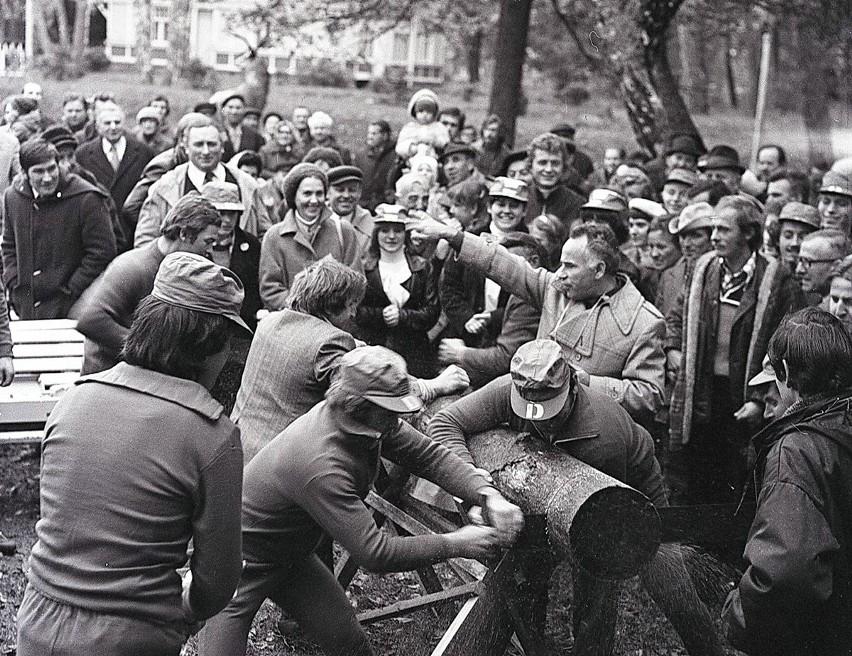 W 1979 roku w Mielnie zorganizowany został Wojewódzki Turniej Wsi. Zmierzyły się w nim trzy drużyny: z Sianowa, Karlina i Świeszyna. Uczestnicy rywalizowali w szeregu konkursów, m.in. strzeleckim, muzycznym, wokalnym, tanecznym, czy w przeciąganiu liny. Zobaczcie wyjątkowe zdjęcia koszalińskiego fotografa Krzysztofa Sokołowa.