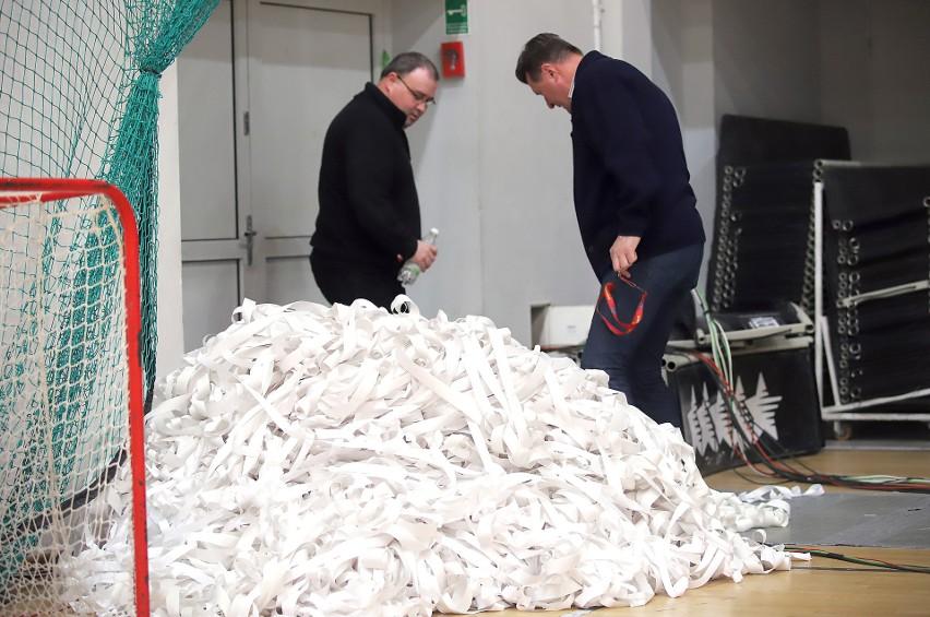 Organizatorzy meczu sprzątnęli już sterty serpentyn z parkietu