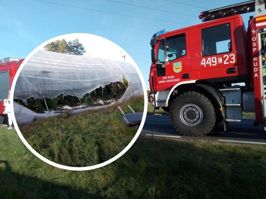 Opel zafira wypadł z drogi i zatrzymał się w tunelu foliowym. Do akcji ruszyli strażacy z OSP Ruda i z Grudziądza