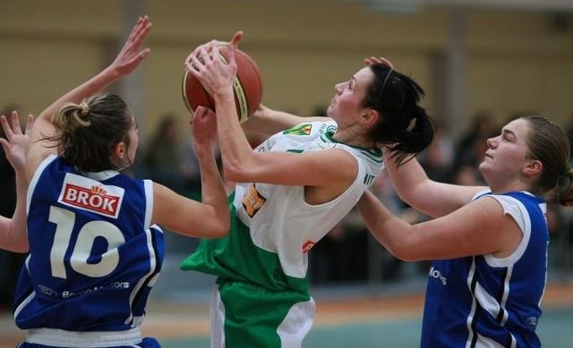 Marta Jóźwiak (z piłką) ze wzgledu na kontuzję nie zagra w niedzielę.