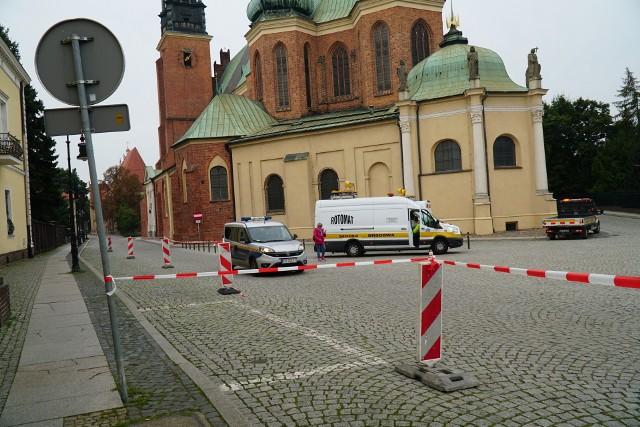 Przed katedrą nie można było parkować w czwartek 23 września - wyznaczano miejsca parkingowe przyszłej Strefy Płatnego Parkowania.