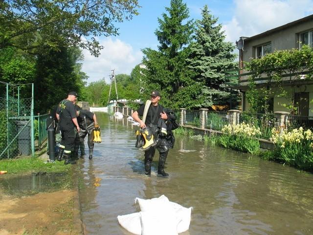 To jest ul. Grodzisko w Głogowie dziś rano, tam trwa akcja przeciwpowodziowa
