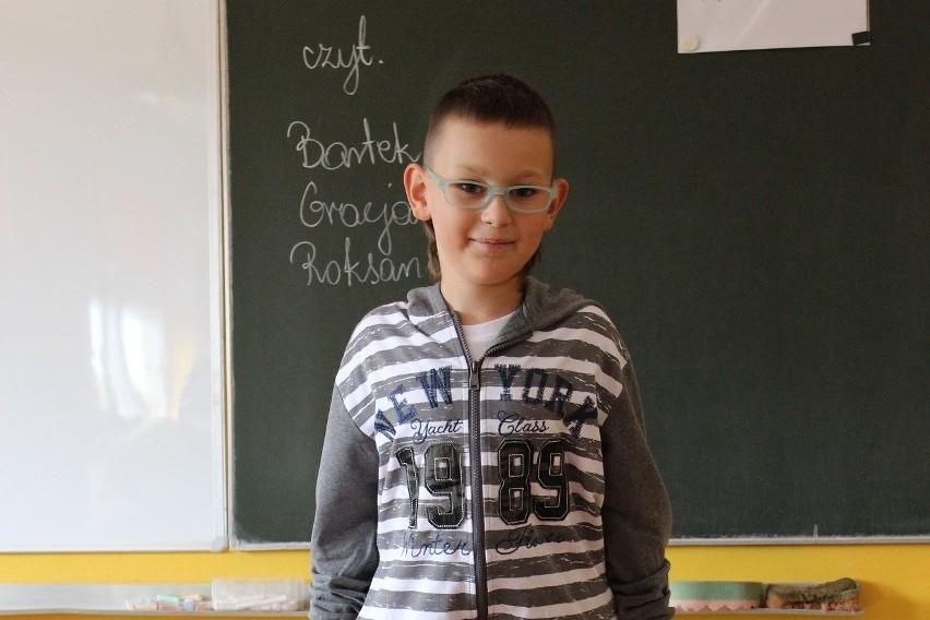 Pomimo choroby, Oskar radzi sobie w szkole.