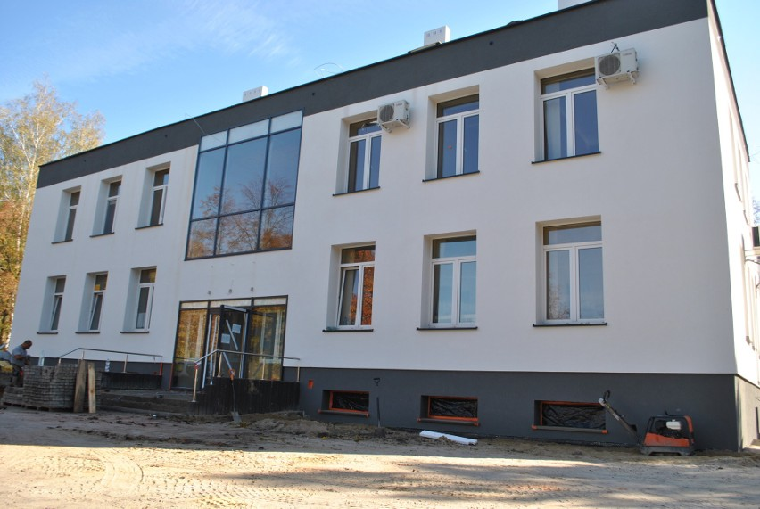 Zakład Opieki Zdrowotnej przy ulicy Spacerowej w Białobrzegach ma już nową elewację, ale wewnątrz nie zakończono jeszcze wszystkich prac.