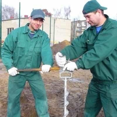 - Wkręcamy śruby pod podwaliny - mówią Grzegorz Melcer i Krzysztof Świderski z firmy Domat z Łowynia, która współpracuje z międzychodzką spółką Paech w budowie pawilonu