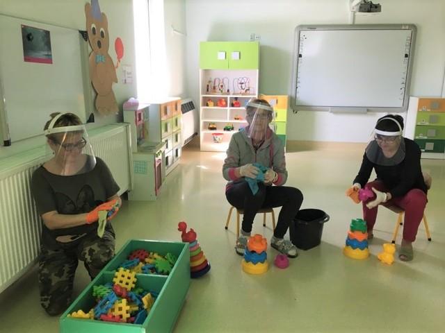 W przyłbice wyposażono pracowników przedszkoli i oddziałów przedszkolnych