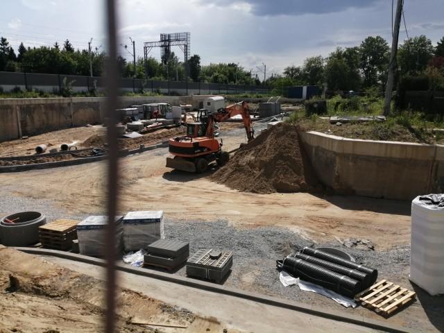 Obecnie przy drodze pod wiaduktem na al. Tarnowskich trwają intensywne prace budowlane