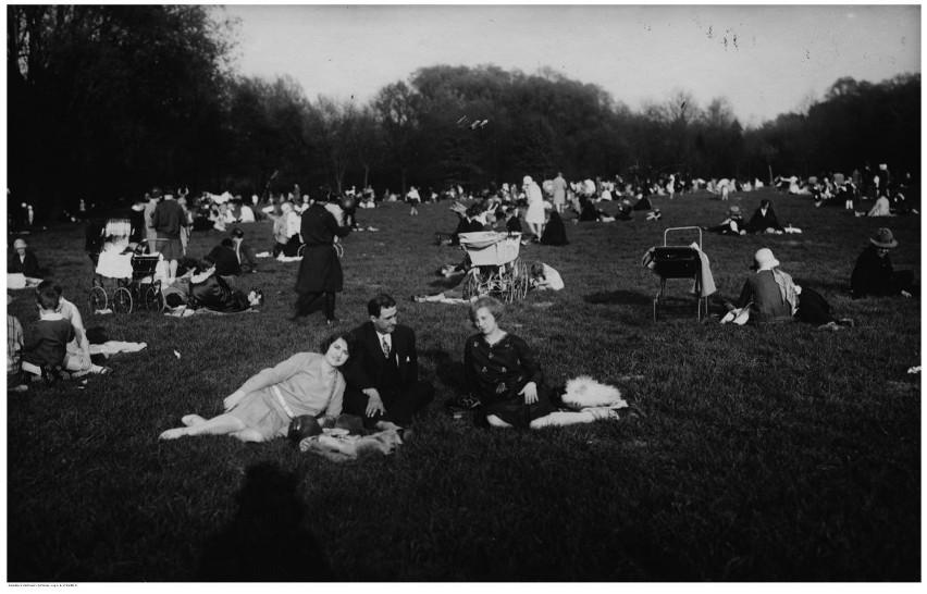 Park Sołacki to jedno z najchętniej odwiedzanych miejsc przez poznaniaków. Powstał na początku XX wieku na dawnych bagnach. Budowa zakończyła się w 1911 roku, a już 2 lata później w parku Sołackim pojawiły się łódki spacerowe. Cisza, zieleń i spokój od lat przyciągają w to miejsce tłumy mieszkańców. Świadczą o tym unikalne, archiwalne fotografie.
