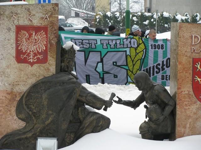 Protest kibiców Wisloki DebicaOkolo 150 kibiców Wisloki Debica manifestowalo dziś na ulicach miasta. Fani chcieli zwrócic uwage na problemy finansowe klubu i domagali sie wiekszego wsparcia ze strony samorządu.