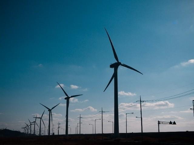 W tym roku na polach w okolicach Strzelec Kraj. staną trzy siłownie wiatrowe. W ciągu kilku następnych lat ma być ich prawie 30.
