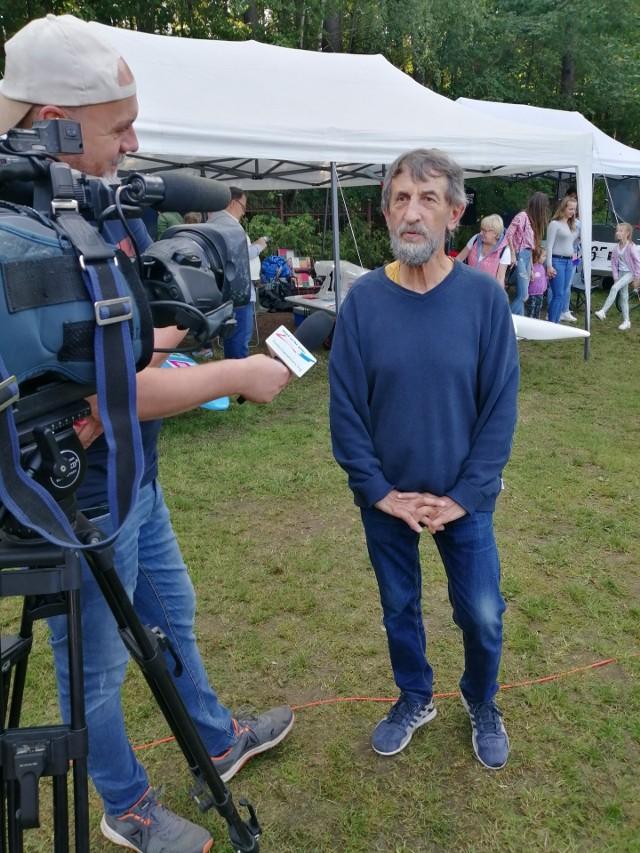 Henryk Synoracki udziela wywiadu podczas motorowodnych ME w Trzciance redaktorowi Piotrowi Stefańskiemu