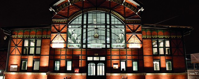 Budynek dworca kolejowego jest najbardziej charakterystycznym elementem spośród wszystkich zabudowań stacyjnych w dzielnicy Chebzie. Jego elewacja została wykonana w formie pseudomuru pruskiego, założonego na ruszcie stalowym wypełnionym cegłą licową. Trzeba przyznać, że prezentuje się zjawiskowo