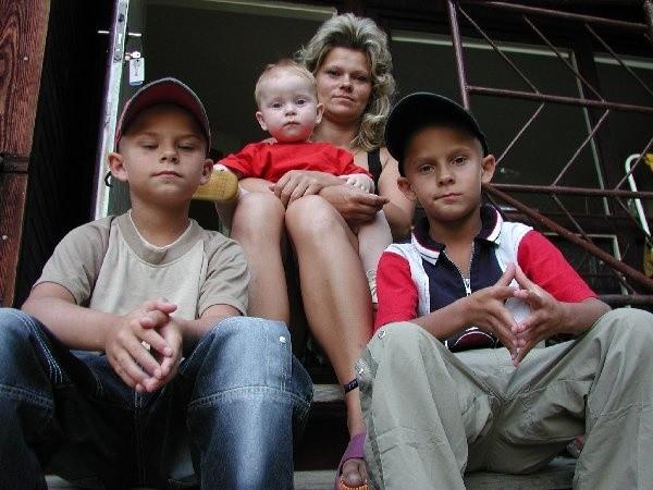 Pani Edyty Nowak z synami: Jackiem, Dawidem  i Kacperkiem tuła się po Polsce. Chciałaby  osiąść na stałe w Barcinie. Czy to jej się uda?