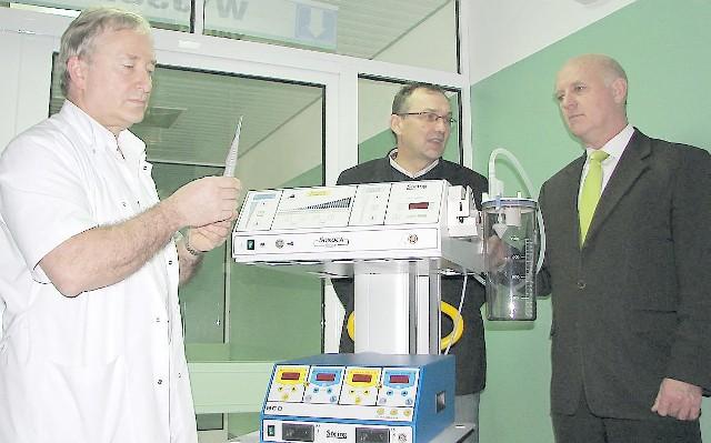"""Dr Adam Zaborowski (z lewej) tłumaczy: - Ten nóż to """"ssak"""", który przy działaniu ultradźwięków, """"rozbija"""" i  aspiruje, czyli odsysa guza mózgu. Z prawej: Andrzej Guzowski (Unia) i prezydent Robert Malinowski."""