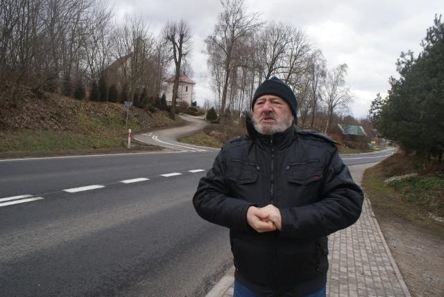 Adam Młodożeniec w najbardziej niebezpiecznym miescu w Przybysławicach. - Piesi przemykają się tu chyłkiem - tłumaczy