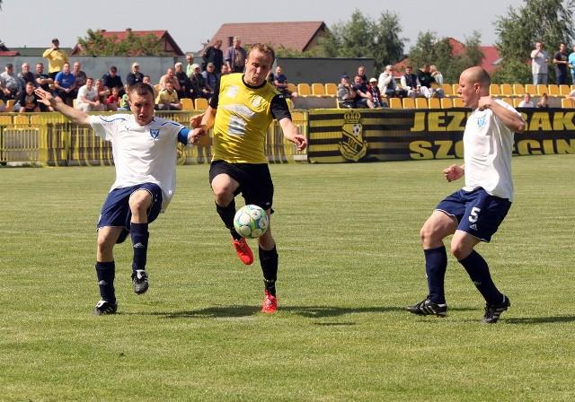 Piłkarze Jezioraka Szczecin (żółte koszulki) są coraz bliżej awansu. W tym kolejce pewnie rozprawili się ze Światowidem Łobez (białe stroje) wygrywając aż 6:1.