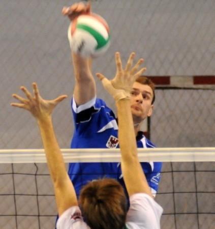 Po ataku Pawła Kupisza piłka mija Jakuba Kowalczyka. Takich akcji było w sobotnim meczu bez liku.