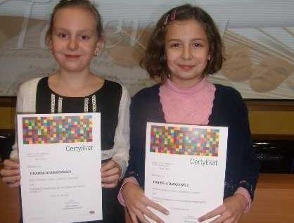 Na zdjęciu od lewej Zuzia Dworakowska i Gabrysia Dargiewicz. Marszałek docenił ich artystyczny talent i przyznał stypendium.