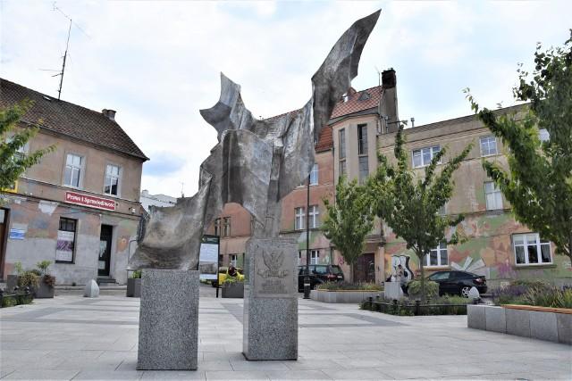 Pomnik na placu Matejki w Zielonej Górze został odsłonięty w 100. rocznicę odzyskania przez Polskę niepodległości. Już dwa lata temu pojawiły się na nim rdzawe plamy. Obecnie problem powrócił. Czy monument ze stali zostanie w takim razie ponownie wyczyszczony?