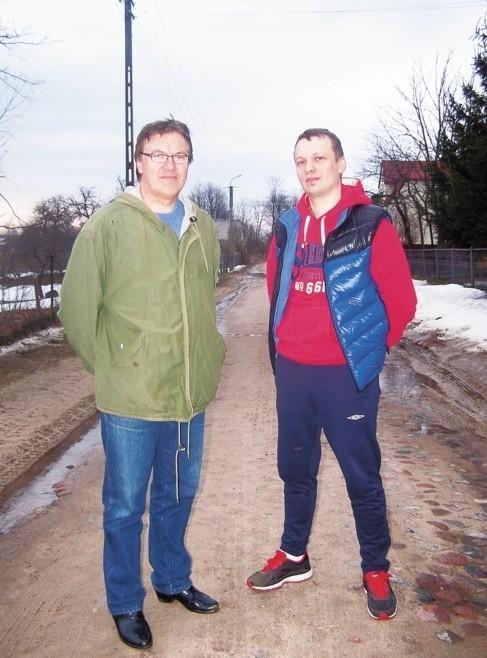 - Burmistrz nie dotrzymał obietnicy i zamiast asfaltu mamy dziury. Wszystkim się tu samochody psują - mówią Jerzy Filipkowski, sołtys Szkód (po lewej) i Andrzej Zduńczyk, mieszkaniec wsi.