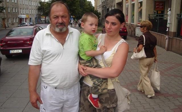 – Śmierdzi w całym mieście – mówią Irena Tyrakowska i Ryszard Wartke, mieszkańcy ul. Wojska Polskiego. Na zdjęciu z synem Erykiem.