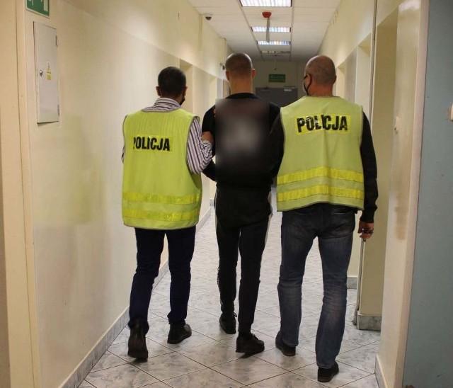 Kradzież sklepowa w Łowiczu. 20-latek ukradł wódkę, a po zatrzymaniu przez ochronę próbował uciec przez okno