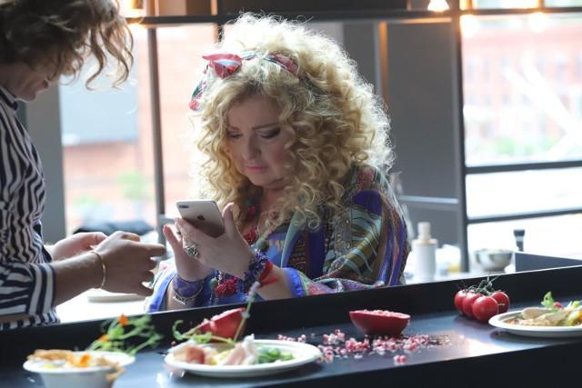 """Magda Gessler opublikowała na Instagramie zdjęcie, które wywołało mnóstwo emocji wśród jej fanów. 67-letnia restauratorka zdaniem wielbicieli przeszła zachwycającą i zaskakującą metamorfozę.""""Schudła pani?"""", """"Włosów jakby mniej"""" - komentują wielbiciele Magdy Gessler. """"Stop! Co ja zrobiłam?"""" - komentuje sama Magda Gessler.Zobacz zdjęcia Magdy Gessler >>>>>"""