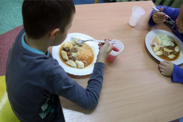 """W ramach rządowego programu """"Posiłek w szkole i w domu"""" zmodernizowane lub otwarte zostaną stołówki w 60 podstawówkach w całej Wielkopolsce. Szkoły otrzymają na ten cel prawie 4 mln złotych. Środki w ramach programu szkoły mogą przeznaczyć na prace remontowo-adaptacyjne, wyposażenie kuchni w stołówkach i wyposażenie pomieszczeń przeznaczonych do spożywania posiłków"""