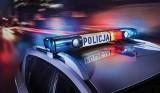 Nocny wypadek pod Białobrzegami, peugeot uderzył w drzewo, strażacy wycinali kierowcę z zakleszczonego auta