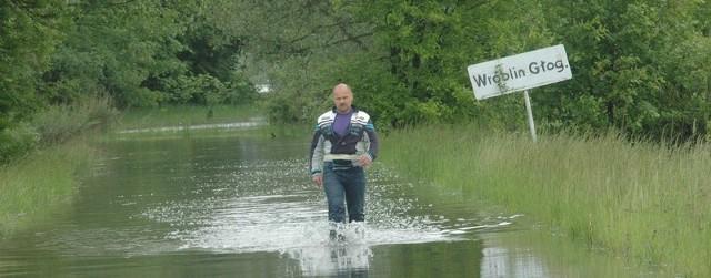 Roman Krzemiński tylko przez wodę, pieszo, może dotrzeć do drogi. Jego dom i dobytek zostały zalane. Nie pomógł wał na Odrze. Czy był uszkodzony?