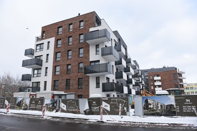Deweloperzy nie próżnują. Setki mieszkań trafią do nowych nabywców w Toruniu jeszcze w tym roku. Najprężniej rozbudowuje się osiedle JAR, ale bloki powstają także przy ul. Fałata, Szosie Lubickiej, Targowej czy na lewobrzeżu. Oto największe inwestycje mieszkaniowie w Toruniu w 2021 roku >>>>>
