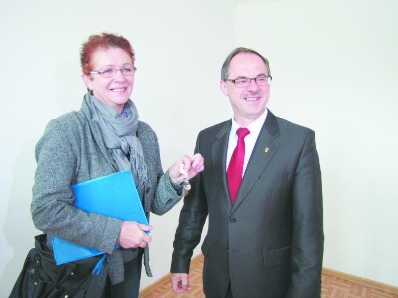 Bożena Basiewicz otrzymała wczoraj klucze do mieszkania z rąk prezydenta Czesława Renkiewicz. – Strasznie się cieszę – mówi kobieta.