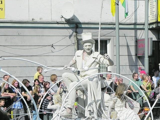 Glinoludy, artyści uliczni, bębniarze, winiarze... Barwna armia przemaszeruje w korowodzie ul. Bohaterów Westerplatte w sobotnie południe.