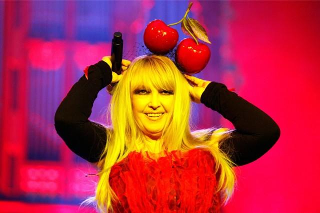 Dziś (8 grudnia) 71. urodziny obchodzi królowa polskiej sceny muzycznej - Maryla Rodowicz. Jej przeboje zna cała Polska. Na scenie jest już od ponad 50 lat. Liczba przebojów, które nagrała ciężko zliczyć. Sprawdź, jak zmieniał się na przestrzeni lat wizerunek jednej z najbardziej charyzmatycznych wokalistek w naszym kraju.Przeczytaj również:http://www.gazetalubuska.pl/swieta24/g/zobacz-jak-przedszkolaki-i-studentki-utw-z-zielonej-gory-tworzyly-ozdoby-choinkowe,11550106,21831624/
